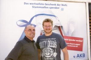 Dieter Hautmann links und Maximilian Holzner lernen sich nach 4075 Tagen kennen_Foto AKB