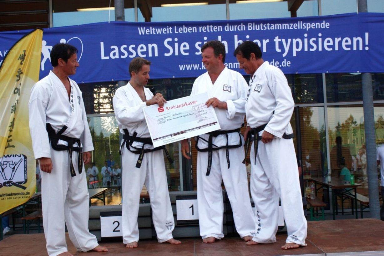 Taekwondo Benefizturnier Scheckübergabe