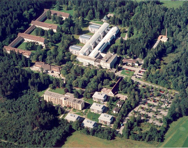 Die Stiftung AKB und deren Tochter Bayerische Stammzellbank gGmbH (BSB) sind auf dem Gelände der Asklepios-Klinik in Gauting bei München angesiedelt. Beide Einrichtungen befinden sich in dem langgezogenen Gebäude im linken Vordergrund der Luftbildaufnahme.