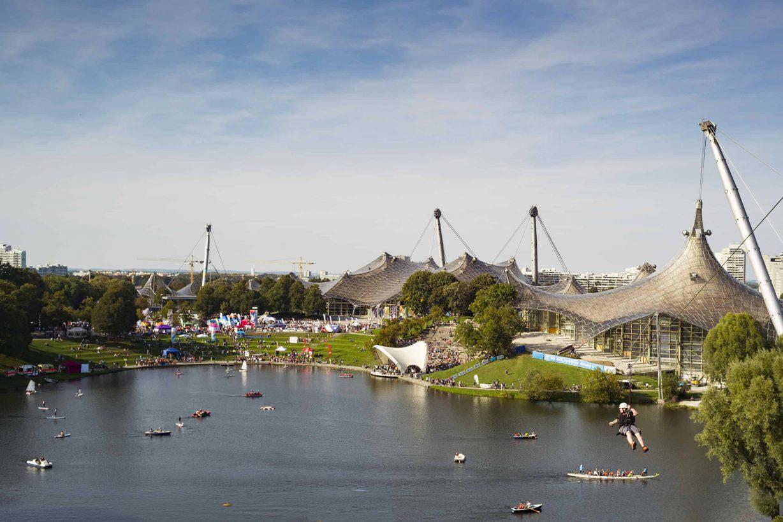 Outdoor-Sportler auf dem Olympiasee mit Olympiapark im Hintergund